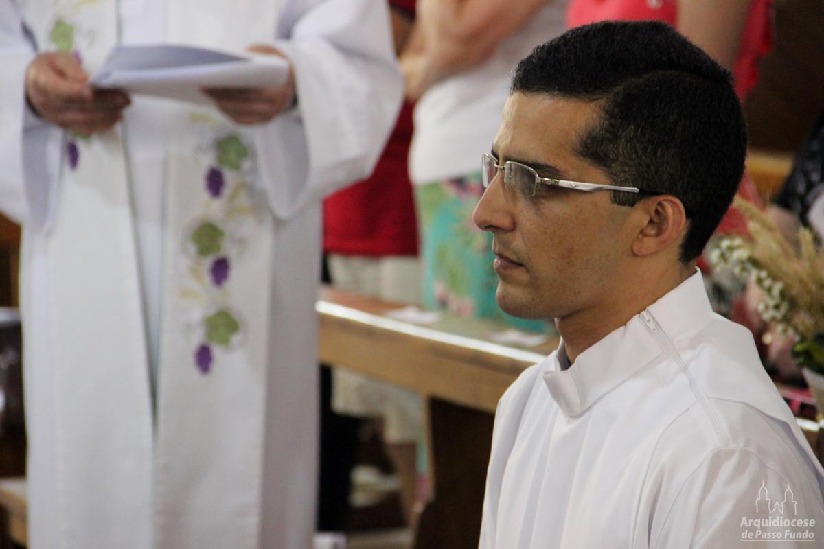 Inspiração no amor: Diácono Joule será ordenado padre neste domingo